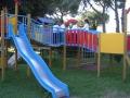 Giardino della scuola d'Infanzia e Primaria Castello dei giochi, 450 mq di prato, oltre 20 piante diverse